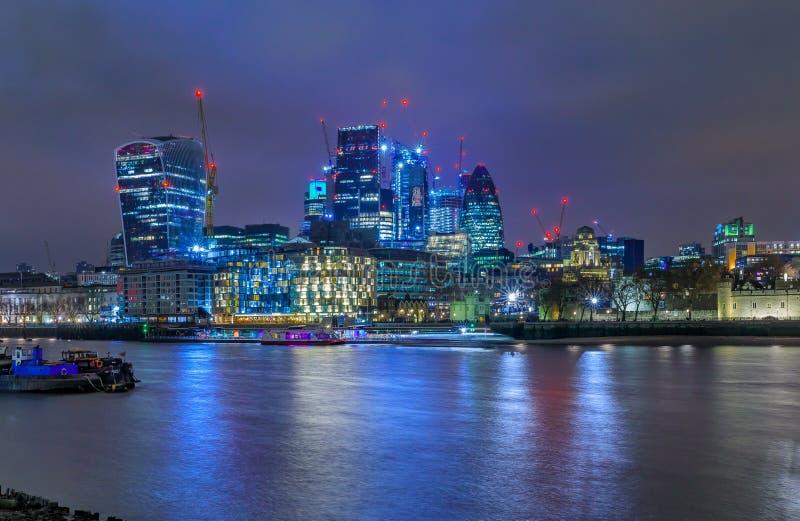 Horizonte de la ciudad de Londres en la noche con los rascacielos contra el esquí nublado imágenes de archivo libres de regalías