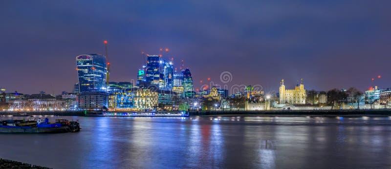 Horizonte de la ciudad de Londres en la noche con los rascacielos contra el esquí nublado fotografía de archivo libre de regalías