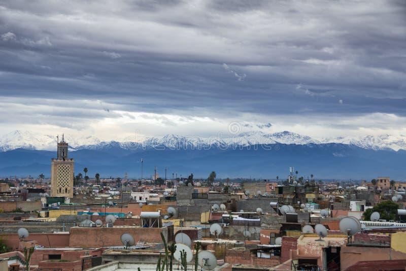 Horizonte de la ciudad de Marrakesh con el contexto de las montañas de atlas imágenes de archivo libres de regalías