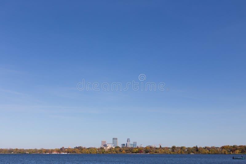 Horizonte de la ciudad de Minneapolis visto del lago fotos de archivo