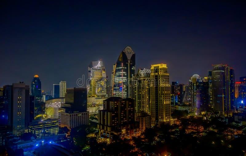 Horizonte de la ciudad de la noche de Bangkok Fondo del oro de la luz de la opinión panorámica y de perspectiva del alto rascacie foto de archivo