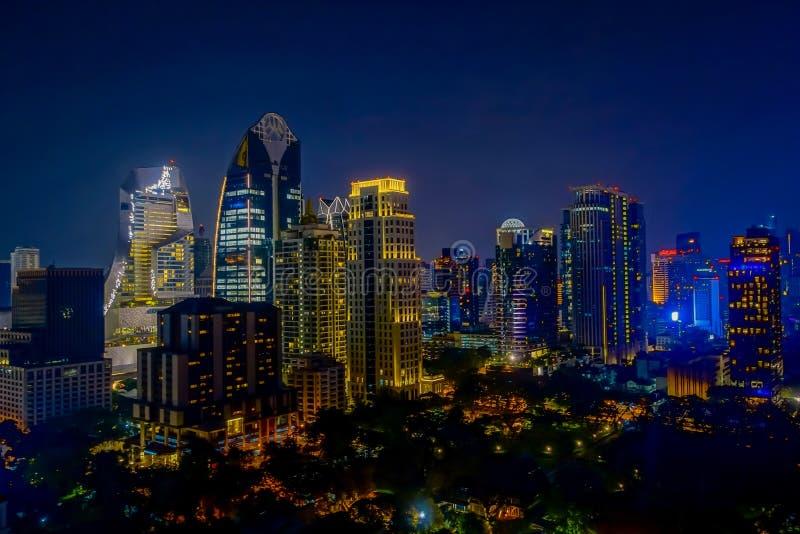 Horizonte de la ciudad de la noche de Bangkok Fondo del oro de la luz de la opinión panorámica y de perspectiva del alto rascacie fotografía de archivo