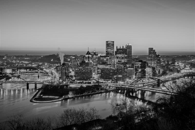 Horizonte de la ciudad de Pittsburgh Pennsylvania en la salida del sol imagen de archivo