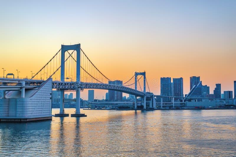 Horizonte de la ciudad de la puesta del sol de Tokio Japón en el puente del arco iris de Odaiba fotos de archivo