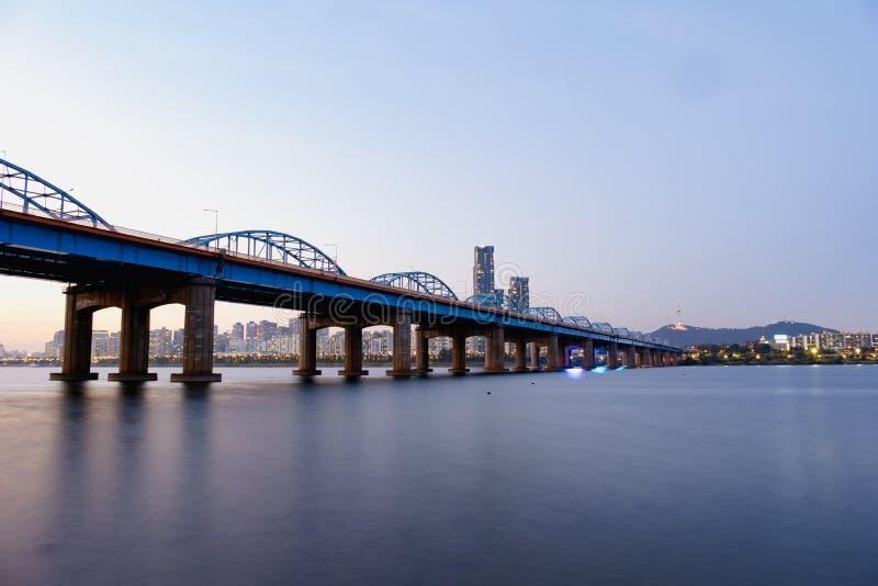 Horizonte de la ciudad de Seúl en el puente y el río Han de Dongjak con la luz hermosa en Seúl, Corea del Sur foto de archivo libre de regalías