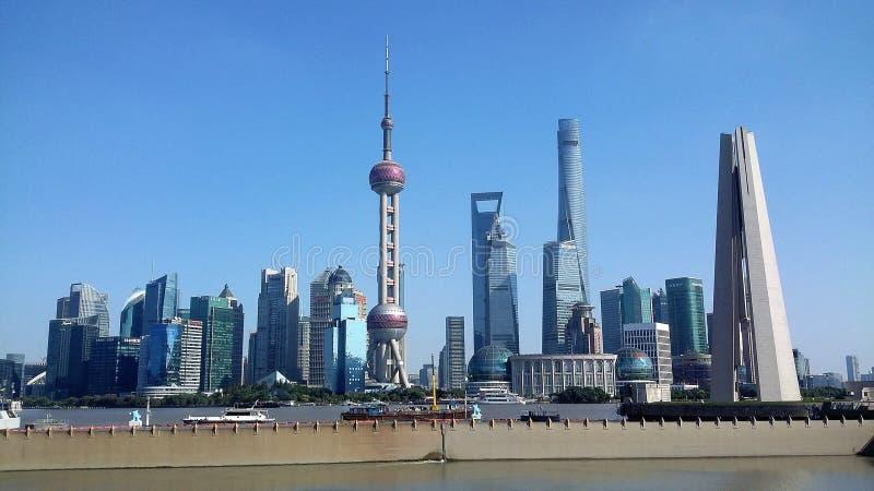Horizonte de la ciudad de Shangai, China en el río Huangpu fotos de archivo libres de regalías