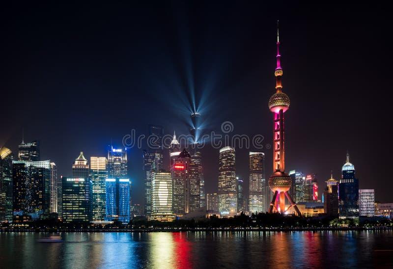 Horizonte de la ciudad de Shangai en la noche imagen de archivo libre de regalías