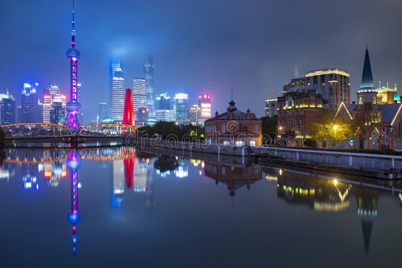 Horizonte de la ciudad de Shangai en la noche con la ciudad vieja y nueva imagen de archivo libre de regalías