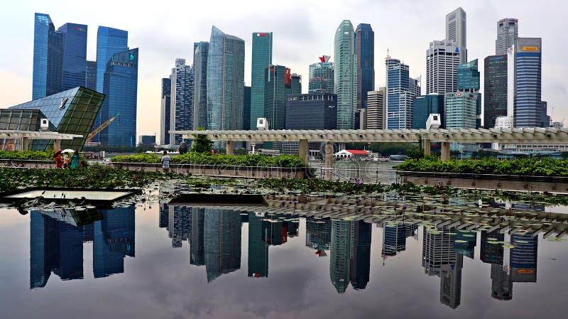 Horizonte de la ciudad de Singapur con la reflexión del uno mismo imagen de archivo libre de regalías