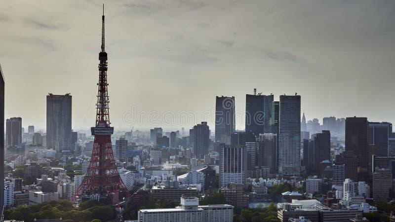 Horizonte de la ciudad de Tokio, cargas de rascacielos y de la torre de Tokio imagenes de archivo