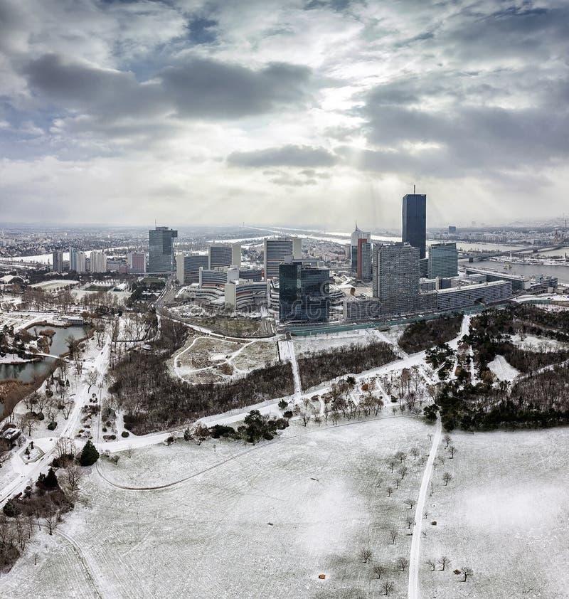 Horizonte de la ciudad Viena de Danubio en el río Danubio en invierno imagenes de archivo