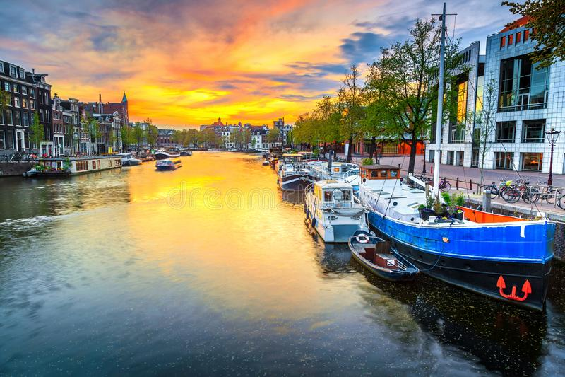 Horizonte de la ciudad y canal del agua con las casas flotantes en Amsterdam, Países Bajos imágenes de archivo libres de regalías