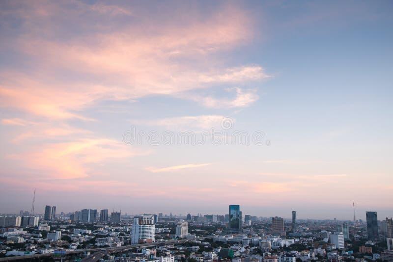 Horizonte de la ciudad y cielo hermoso en Bangkok fotografía de archivo