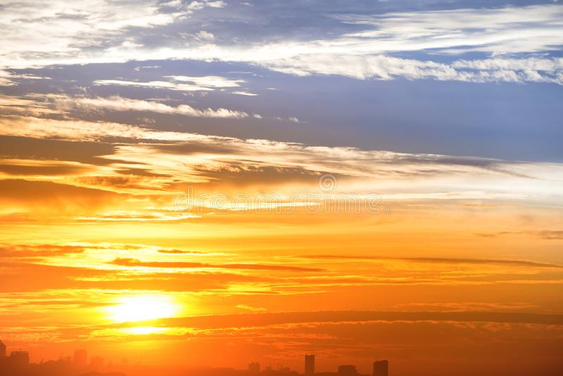 Horizonte de la ciudad y puesta del sol dramática fotografía de archivo