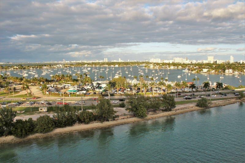 Horizonte de la ciudad y vistas del océano en Miami, la Florida fotos de archivo