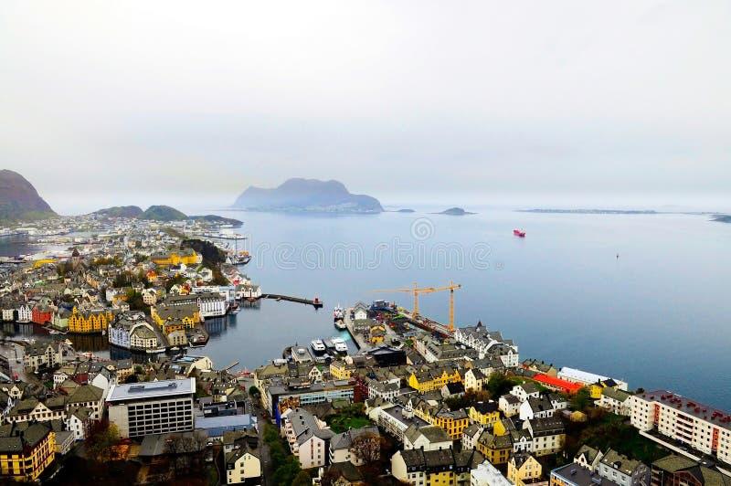 Horizonte de la costa de Alesund, día oscuro lluvioso, arquitectura urbana, viaje Noruega imágenes de archivo libres de regalías