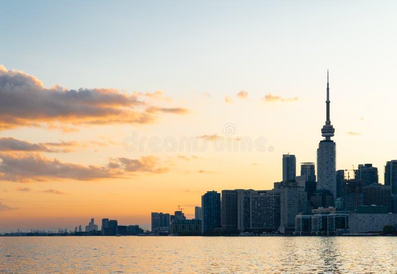 Horizonte de la costa de Toronto que considera del oeste la puesta del sol fotos de archivo