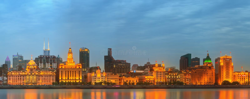 Horizonte de la Federación, de los edificios históricos maravillosos y del río Huangpu en puesta del sol, Shangai, China foto de archivo libre de regalías