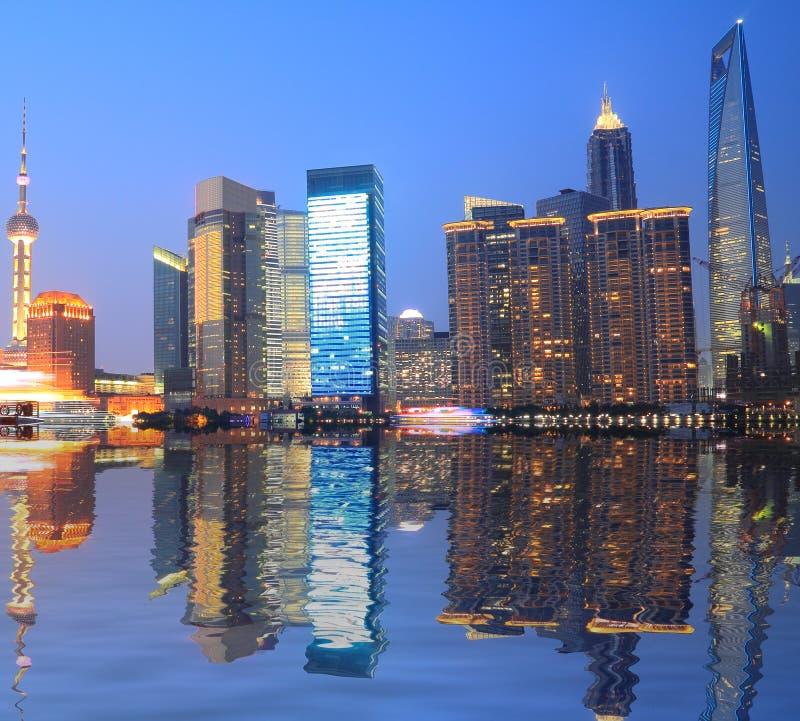 Horizonte de la Federación de Shangai en la noche fotografía de archivo