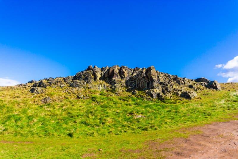 Horizonte de la hierba verde de la montaña de Edimburgo fotografía de archivo