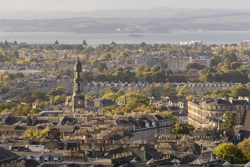 Horizonte de la iglesia parroquial y de Edimburgo del ` s de St Mary imágenes de archivo libres de regalías