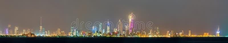 Horizonte de la noche de la ciudad de Kuwait imagen de archivo libre de regalías