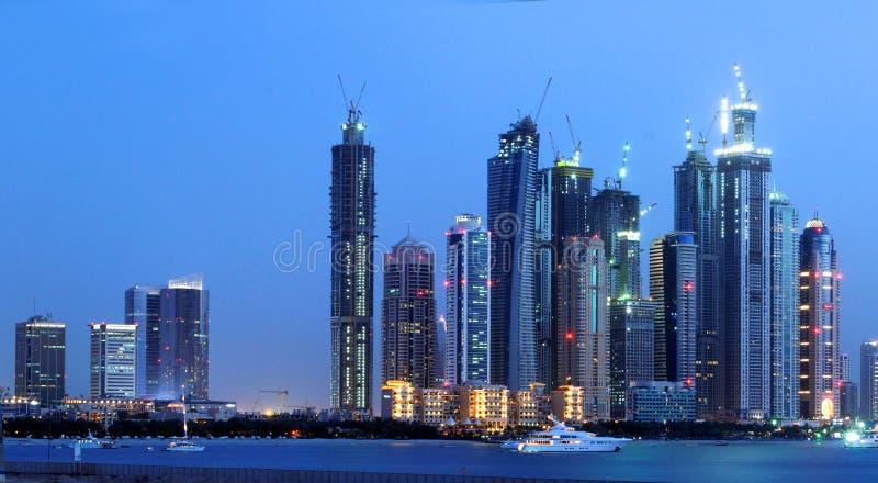 Horizonte de la noche de la ciudad de Dubai fotos de archivo libres de regalías