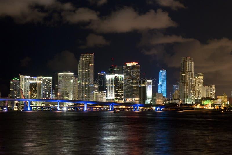 Horizonte de la noche de la ciudad de Miami imagen de archivo