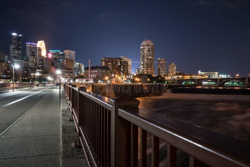 Horizonte de la noche de Minneapolis fotografía de archivo libre de regalías