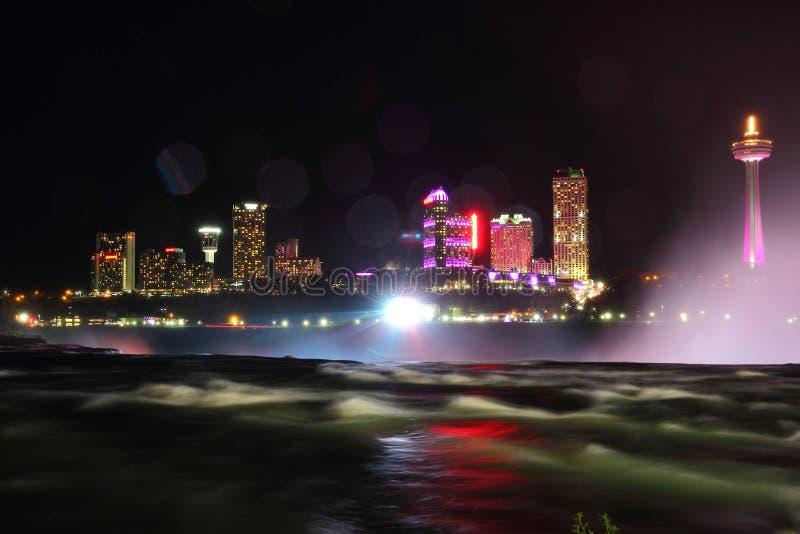 Horizonte de la noche de Niagara Falls Canadá fotografía de archivo
