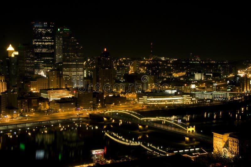 Horizonte de la noche de Pittsburgh fotos de archivo