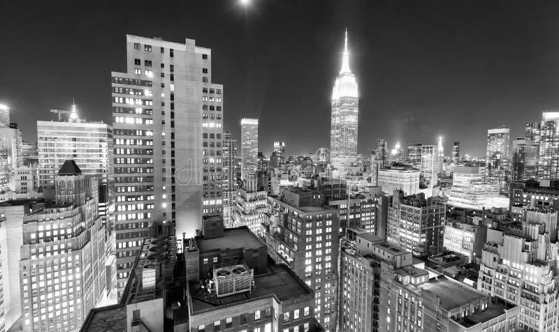 Horizonte de la noche de New York City en blanco y negro, los E.E.U.U. foto de archivo