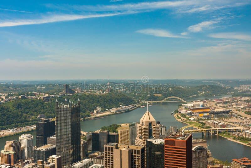 Horizonte de la opinión de Pittsburgh, Pennsylvania - río del b más alto fotos de archivo
