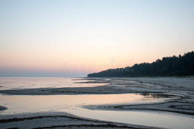 Download Horizonte De La Playa Con La Arena Y La Perspectiva Imagen de archivo - Imagen de hierba, nubes: 44852169