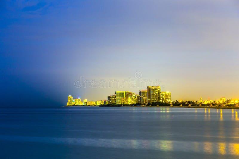 Horizonte de la playa soleada de las islas por noche imagenes de archivo