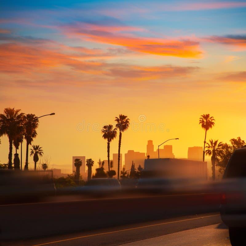 Horizonte de la puesta del sol de Los Ángeles del LA con el tráfico California imagenes de archivo
