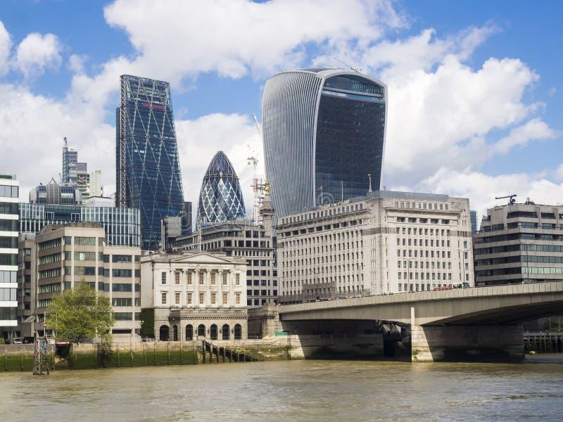 Horizonte de Londres cerca del puente de Londres imagenes de archivo