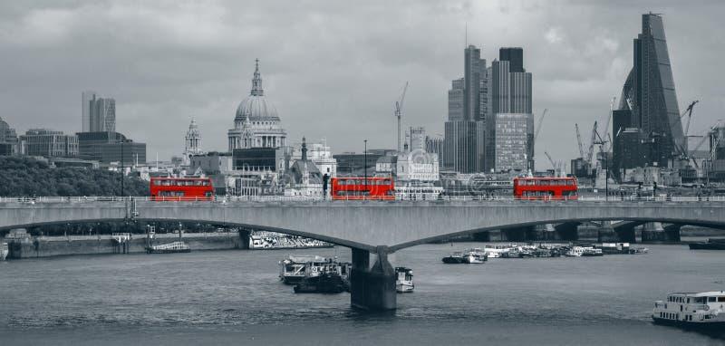 Horizonte de Londres con los autobuses rojos fotos de archivo