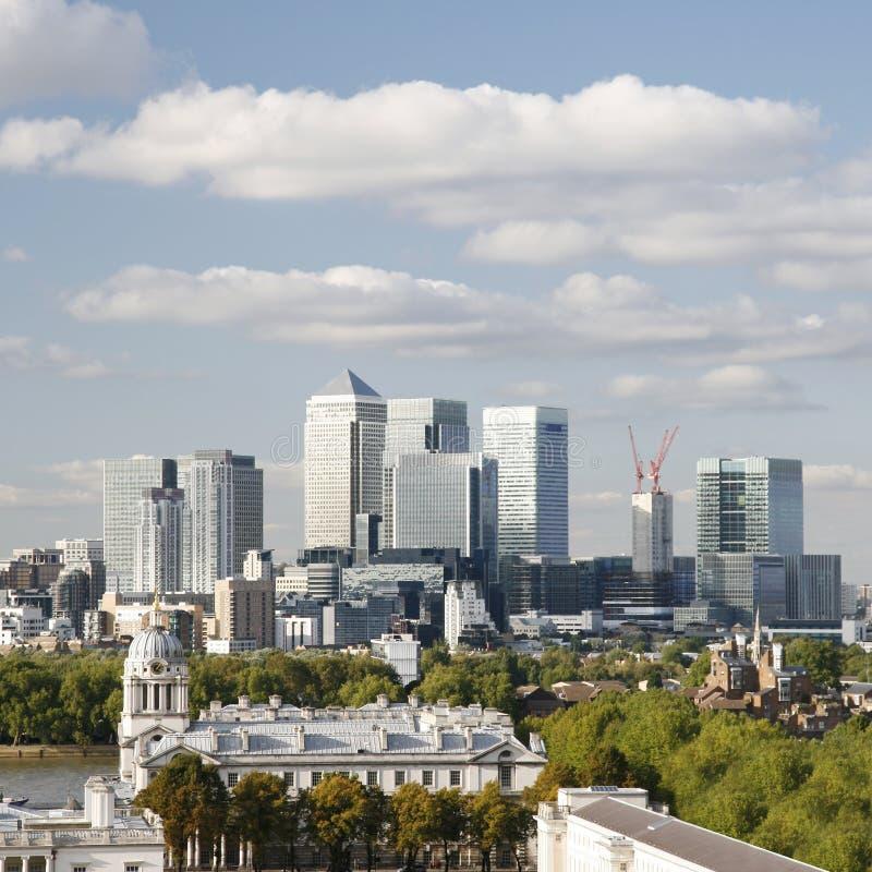 Horizonte de Londres, embarcadero amarillo imagen de archivo