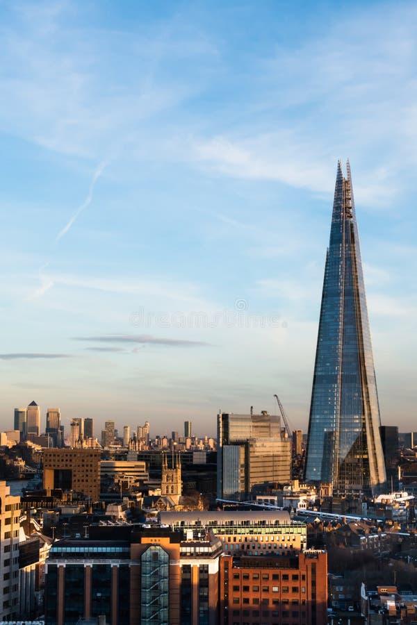 Horizonte de Londres que parece del este con los edificios múltiples a del rascacielos fotografía de archivo libre de regalías