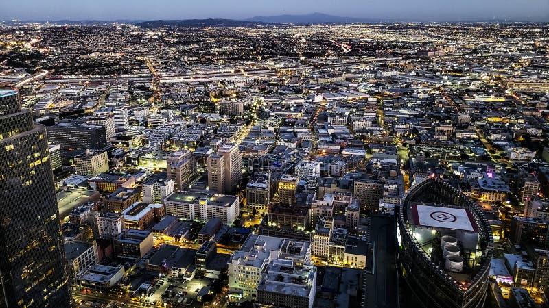 Horizonte de Los Ángeles en la oscuridad fotos de archivo
