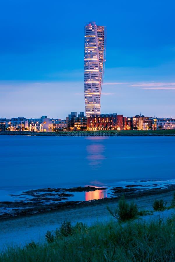 Horizonte de Malmö Suecia con el edificio de torneado famoso del torso fotos de archivo