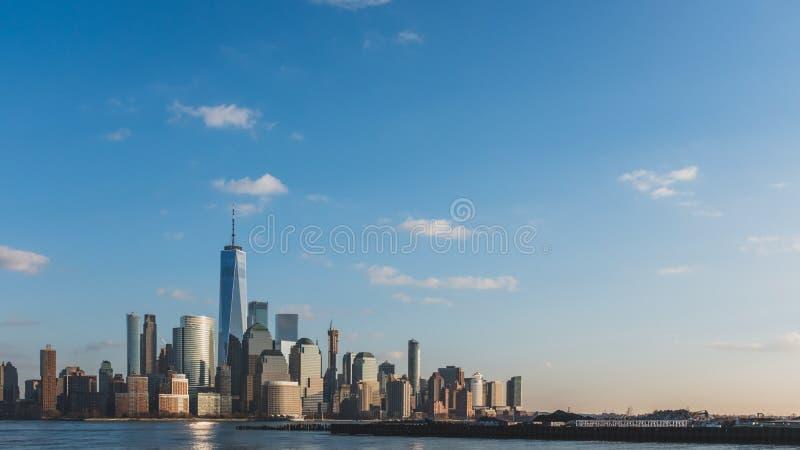 Horizonte de Manhattan céntrica de New York City en la oscuridad, vista de New Jersey, los E.E.U.U. foto de archivo libre de regalías