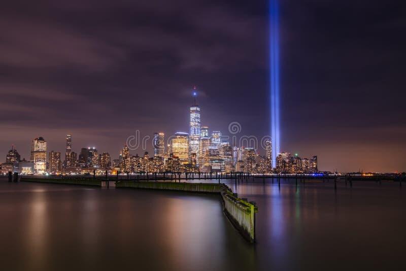 Horizonte de Manhattan durante tributo del 11 de septiembre en monumento ligero imagen de archivo
