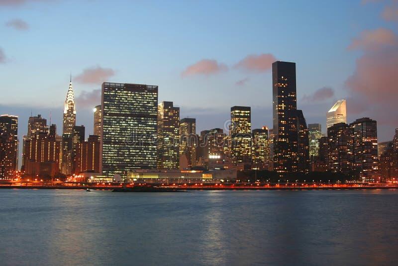 Horizonte de Manhattan en el crepúsculo foto de archivo libre de regalías