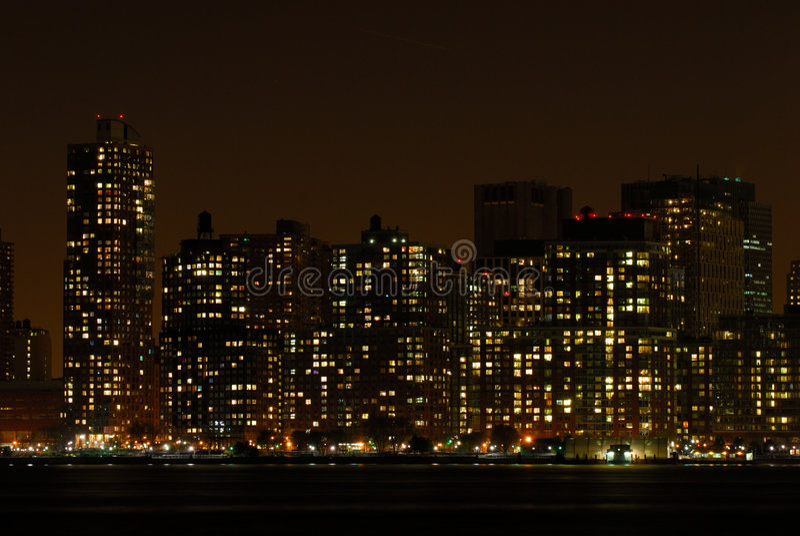 Horizonte de Manhattan en la noche imagenes de archivo