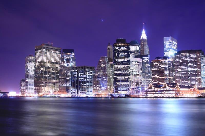 Horizonte de Manhattan en las noches fotos de archivo