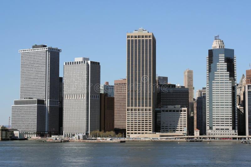 Horizonte de Manhattan en un día azul claro fotografía de archivo