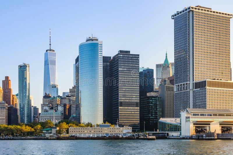 Horizonte de Manhattan enseguida después de la salida del sol, Nueva York, los E.E.U.U. foto de archivo