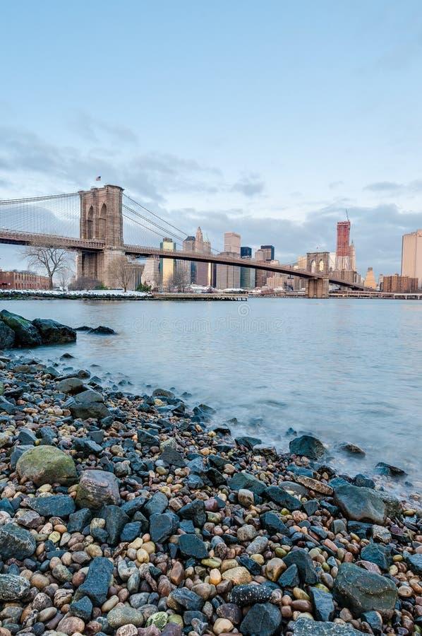 Horizonte de Manhattan de Pebble Beach en Brooklyn, Estados Unidos imagen de archivo libre de regalías